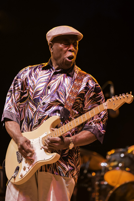 Buddy Guy with a new string, a fan with a new memory. Photo: Rayburn
